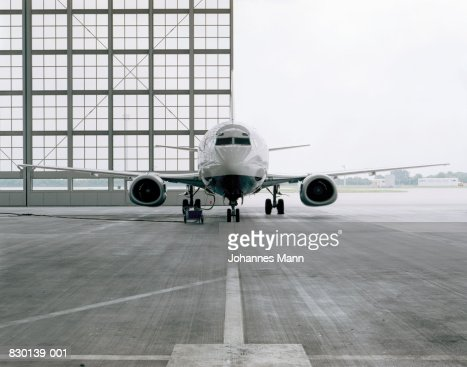 Commercial aircraft in hangar : Foto de stock