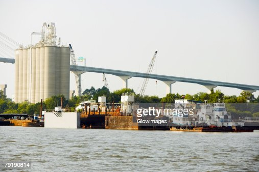 Commercial dock with a bridge in the background, Savannah, Georgia, USA : Foto de stock
