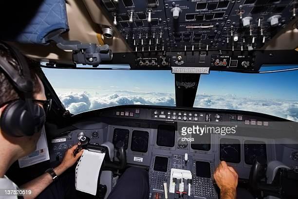 jet Commercial au-dessus du clouds.cockpit avec jeune Capitaine