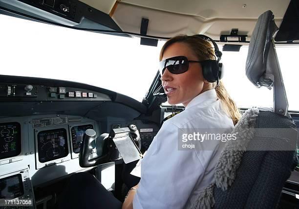 jet Commercial flyin.beautiful femme pilote vérification des données