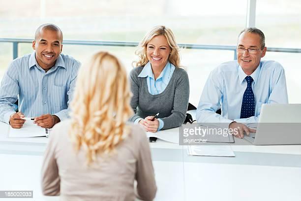 Comisión tener una entrevista de trabajo.