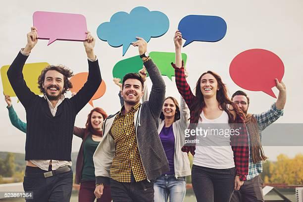 Kommunikation Konzept mit junge Leute und Blasen