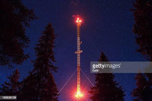 Tour de télécommunication sous le ciel étoilé