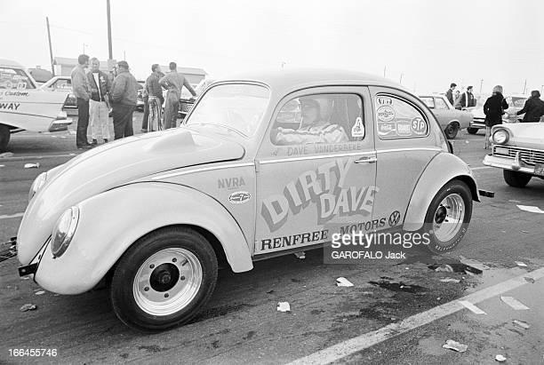 Communities In California EtatsUnis Californie janvier 1971 ici à l'occasion d'une course de voitures les spectateurs ont garé leurs voitures sur un...
