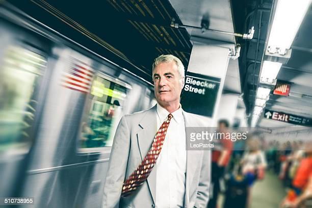 Migration quotidienne Homme d'affaires en attente sur Quai de métro