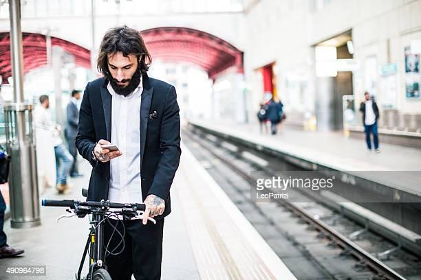 Esperando el tren suburbano con sus bicicletas