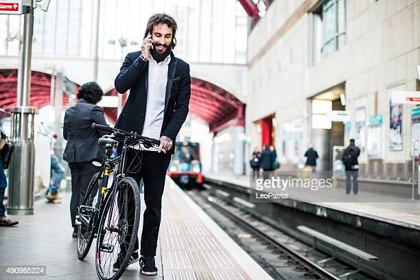 Pendler warten den Zug mit dem Fahrrad