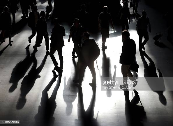 Commuters arrive from Metro North Railroad trains in Grand Central Station in New York October 19 2016 / AFP / TIMOTHY A CLARY