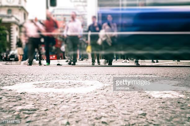 Los trabajadores de cruzar la calle en hora pico, Londres