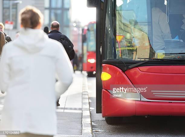 Trabalhadores introduzir vermelho Autocarro