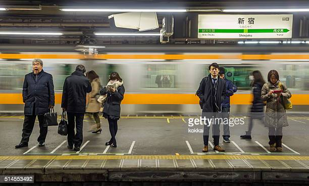 Pendler warten am Bahnhof Shinjuku