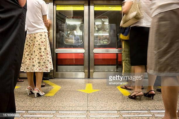 Pendler, die darauf wartet, begeben Sie sich auf eine U-Bahn.