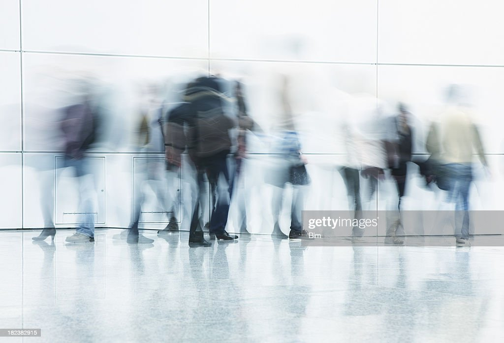 Tous les voyageurs à pied dans le couloir Mouvement flou : Photo