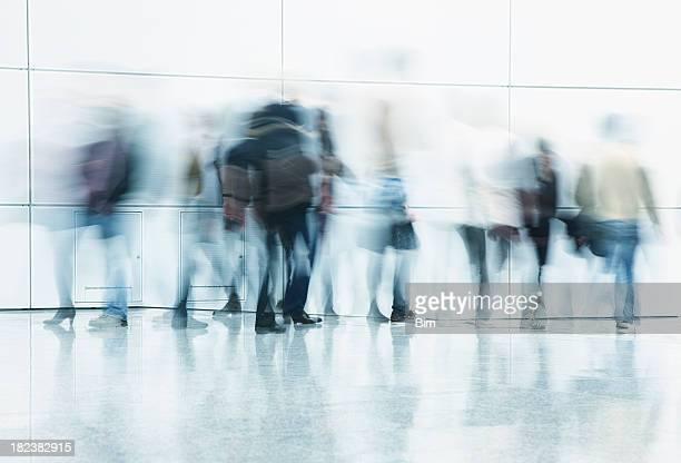 Tous les voyageurs à pied dans le couloir Mouvement flou