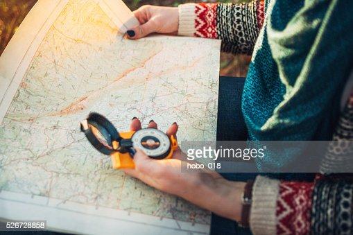 Boussole sur fond de carte dans la forêt. : Photo