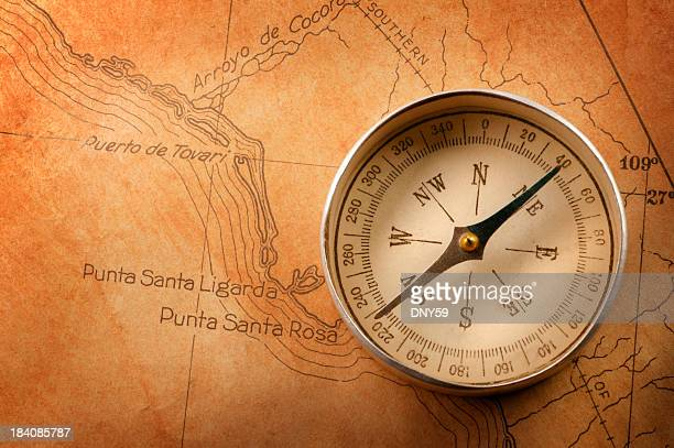Kompass auf alte alte rostige Farbige Karte