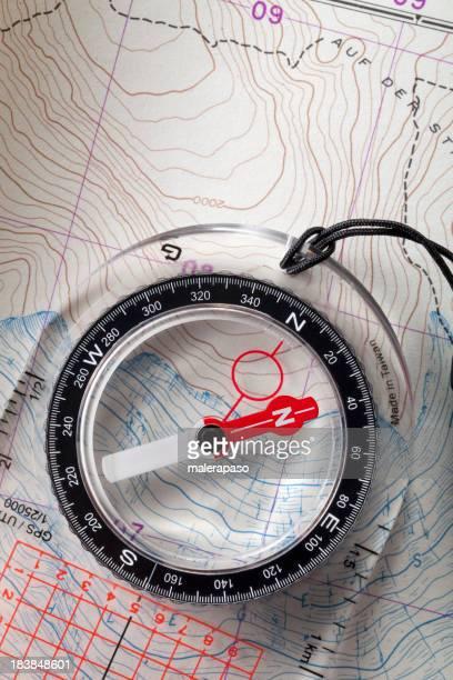 Boussole sur topographique des cartes.
