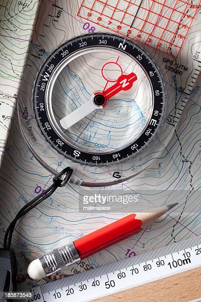 Kompass auf ihn folgt ein topografischer Karten.