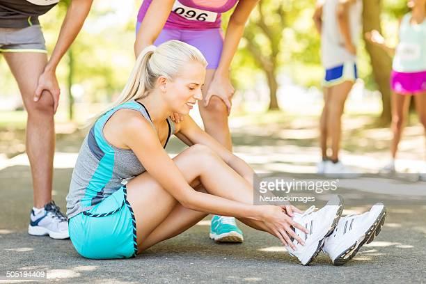 Mitbewerber Trösten Marathon Läufer leiden Knöchel Verletzungen