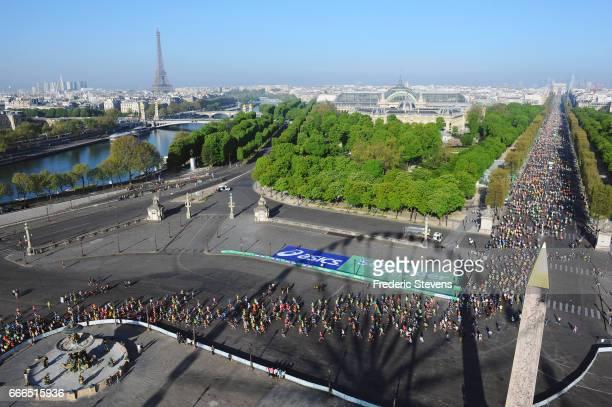 Competitors start Champs Elysees avenue and around Place de la Concorde for the 41th Paris Marathon 2017 on April 9 2017 in Paris France For the...