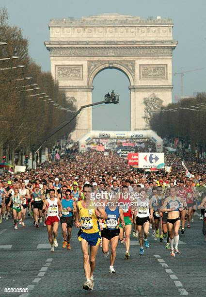 Competitors take the start of the 2009 Paris Marathon on April 5 2009 in Paris Kenyan Vincent Kipruto won the 33nd edition in a time of 02 hours 05...
