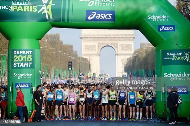 Competitors take the start of the 39th Paris Marathon in Paris on April 12 2015 AFP PHOTO / STEPHANE DE SAKUTIN