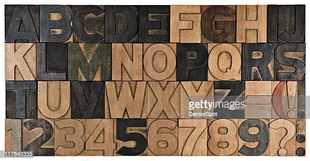 Un service d'impression en bois alphabet.