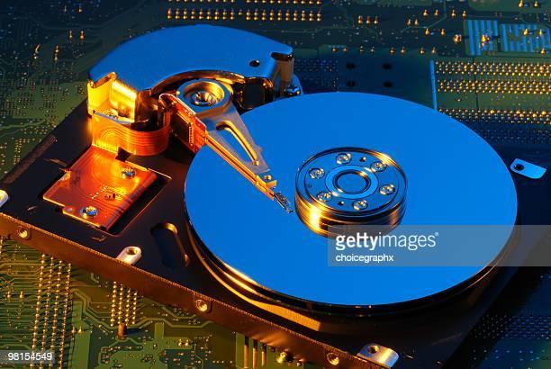 Computer-Festplatte mit Motherboard im Hintergrund