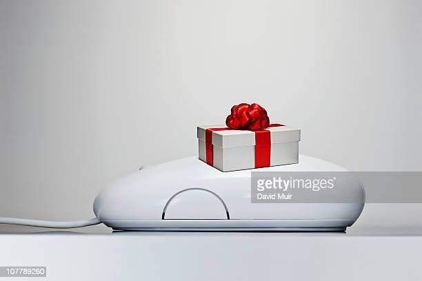 Computer mouse with gift box and bow