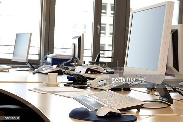 Pantallas de ordenador, teclados, teléfonos en ordenadores de mesa de oficina Interior
