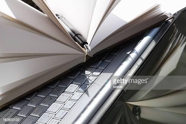 computer mit Notizbuch und Stift