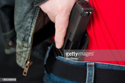 Main dessiné dissimulée par une arme à feu à l'intérieur de l'étui de la taille