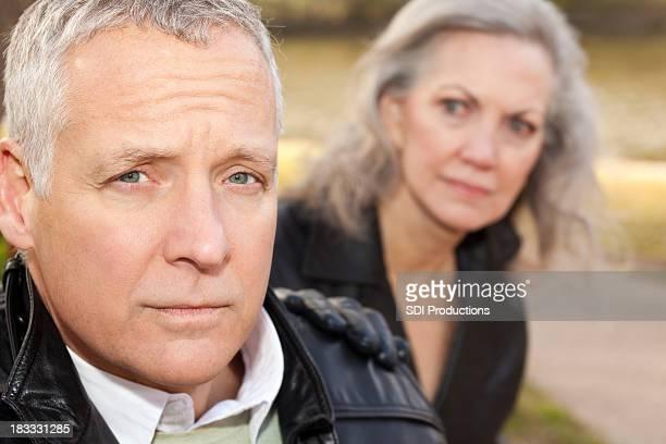 Preoccupato adulto uomo con la moglie preoccupata