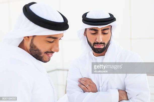 関連するアラブのビジネスマン同僚