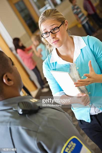 Besorgt Grundschule Lehrer, die mit Polizist in Gang