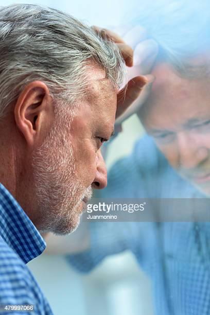 Preoccupato uomo anziano