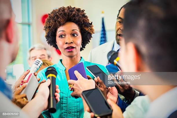 Femme inquiète confrontés par les journalistes