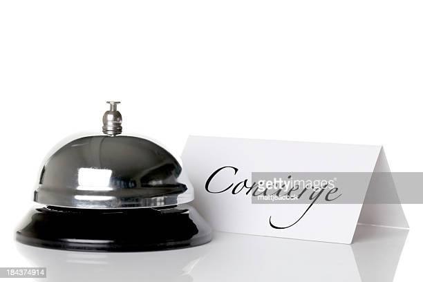 Concierge bell et plaque distinctive contre un fond blanc