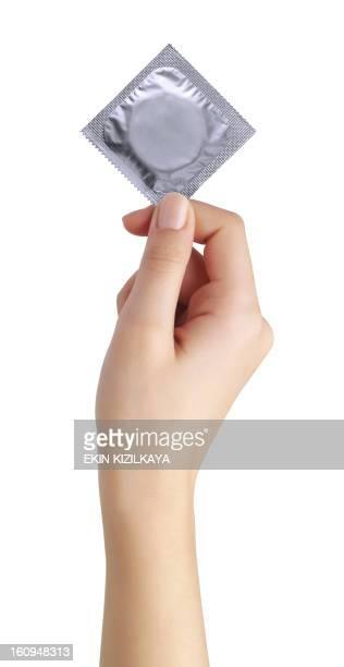 Kondom in weiblicher hand isoliert auf weißem Hintergrund