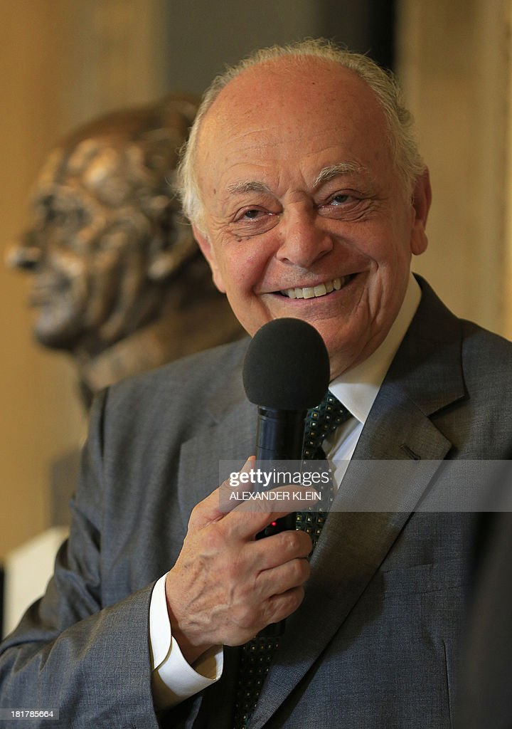 US conductor Lorin Maazel speaks after unveiling his bronze bust at the Vienna State Opera (Staatsoper) in Vienna on September 25, 2013. Maazel used to be the first American to become General Manager, Artistic Director and Principal Conductor of the Vienna State Opera between 1982 and 1984. His close association with the Vienna Philharmonic includes 11 internationally televised New Years Concerts from Vienna. AFP PHOTO / ALEXANDER KLEIN