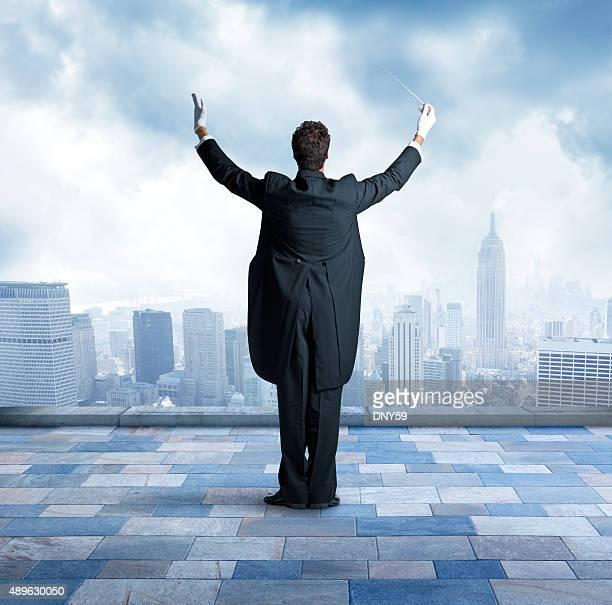 Conductor sulla cima di un edificio nella città