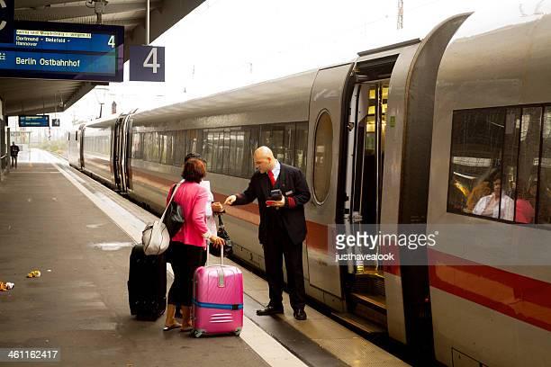Dirigent sprechen mit Passagiere
