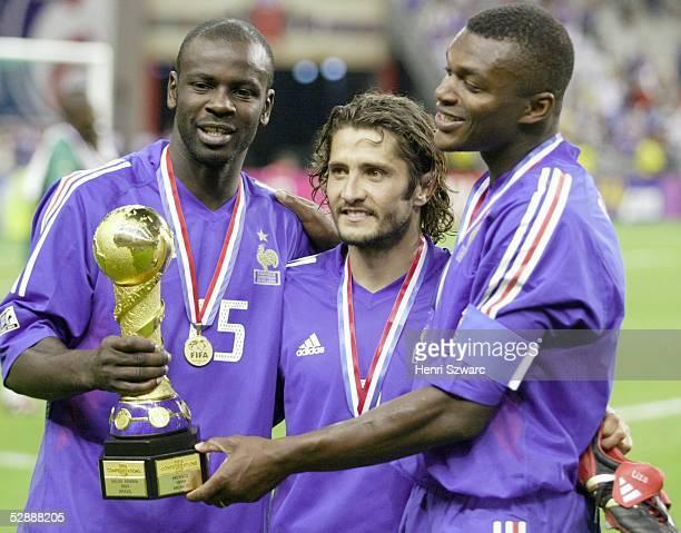 Confederations Cup 2003 Finale Paris Kamerun Frankreich 01 Sieger Frankreich Lilian THURAM Bixente LIZARAZU und Marc DESAILLY mit Pokal