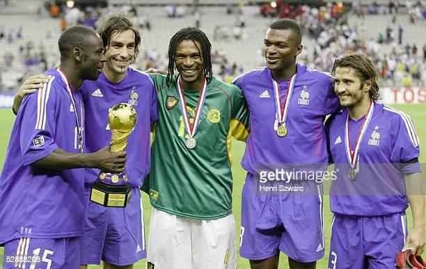 Confederations Cup 2003 Finale Paris Kamerun Frankreich 01 Sieger Frankreich THURAM mit Pokal PIRES Rigobert SONG/CMR DESAILLY und LIZARAZU...