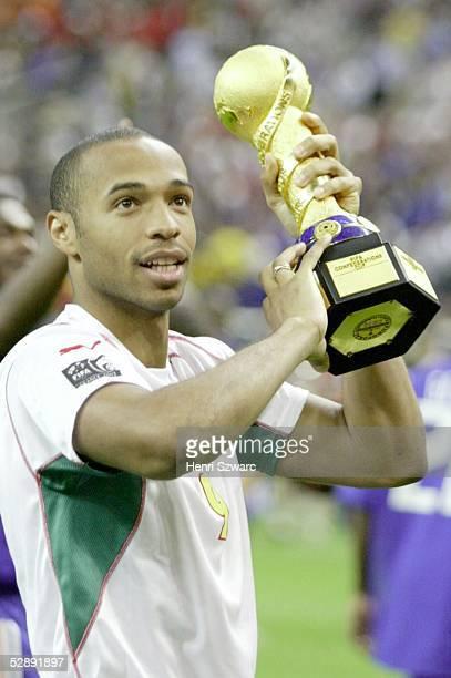 Confederations Cup 2003 Finale Paris Kamerun Frankreich 01 Sieger FRANKREICH Thierry HENRY mit Pokal