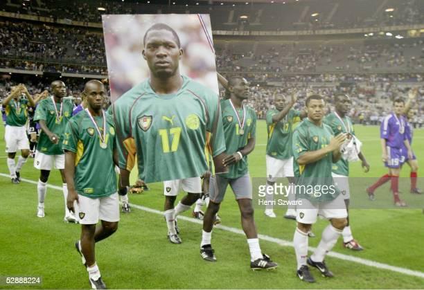 Confederations Cup 2003 Finale Paris Kamerun Frankreich 01 Spieler Kameruns tragen ein Foto von MarcVivien FOE/CMR durch das Stadion der wenige Tage...