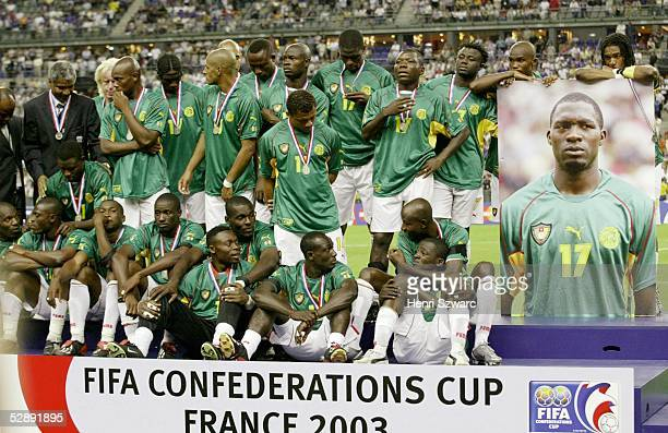 Confederations Cup 2003 Finale Paris Kamerun Frankreich 01 Team Kamerun legen eine Gedenkminute fuer ihren verstorbenen Teamkollegen MarcVivien...