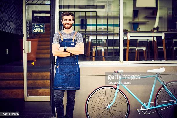 バリスタ自転車で自信を持って笑う屋外カフェ