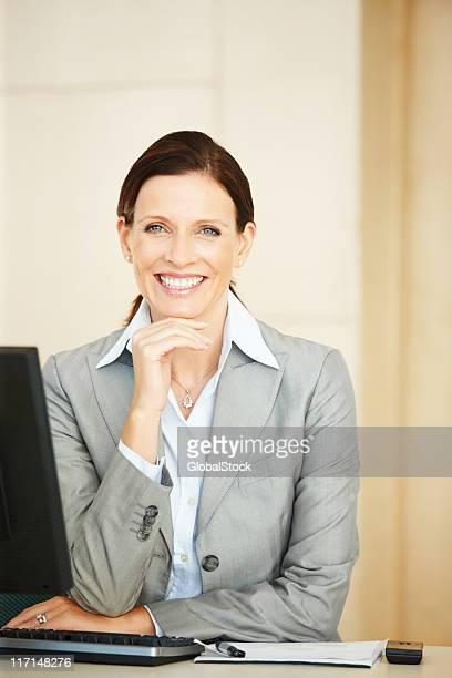 Zuversichtlich Geschäftsfrau lächelnd