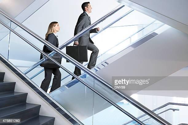 Zuversichtlich Geschäftsmann und Geschäftsfrau zu Fuß bis Treppen